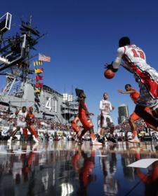 美国航母曾改装成篮球场 承办篮球联赛